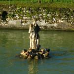 Cazzano di Tramigna-Statua nel laghetto