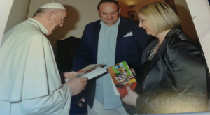 Il Papa riceve il libro di Pozzani